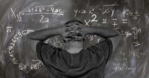 Prof face à des équations mathématiques