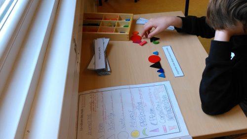 collégien et bande de grammaire Montessori